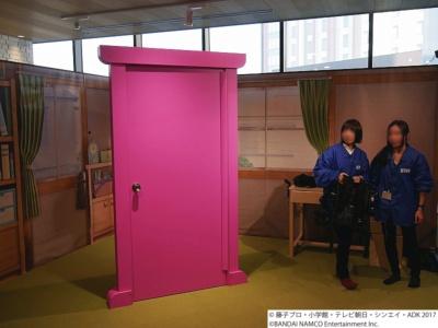 会場にはのび太の部屋が再現され、どこでもドアが置かれている