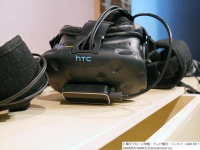 HTC VIVEに手の動きを検出するセンサーが取り付けてあり、ドアノブに触れやすくなっている
