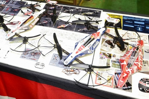 Facebookページ「Drone Racer Body Lab.」を主宰するイラストレーターのアラブルカさんは、往年のF1マシンやインディーカーのカラーリングをDRONE RACERのボディーに合わせてデザイン。市販のラベルシールにプリントして貼る楽しさを提案している