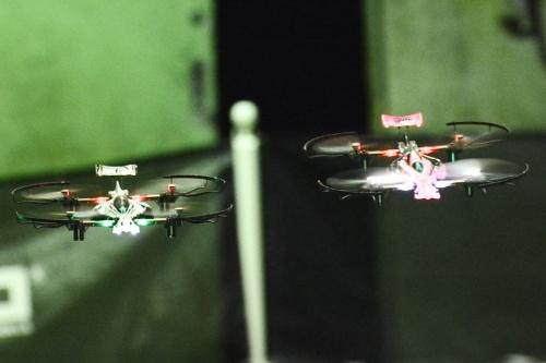 機体同士が至近距離を追い抜き追い越せで飛行する接近戦が繰り広げられていた