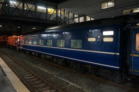 はまなす号は出発の40分も前に入線。青森駅からは赤い電気機関車が青い客車を牽引する