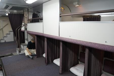 上下2段の窓が特徴ののびのびカーペットカー。天井の高さは通常の車両と同じだが、上下2段のカーペット席が作られている