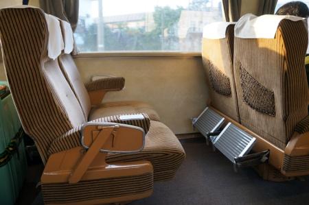 国鉄時代のグリーン座席を再利用したドリームカー。フットレストを装備し、リクライニングの角度も大きい