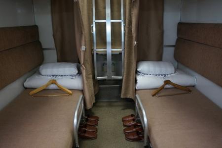 1号車に付いていた「SLEEPING CAR HAMANASU」のエンブレム。車内は昔懐かしい2段式B寝台だ