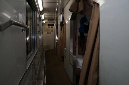 青森駅を出発する前にあった検札。車掌のポケットには機関車の運転士と交信するための無線機が入っている。出発して程なく車内灯が暗くなった。