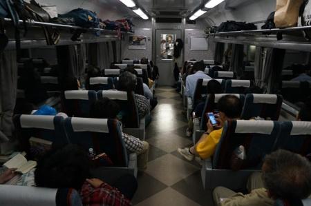 満席状態の自由席。デッキやその隣の「大型荷物置き場」にも乗客が座り込んでいた