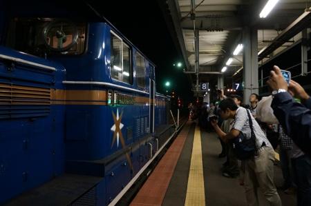 最後尾にDD51型ディーゼル機関車を連結。乗客はこぞって写真撮影を行っていた