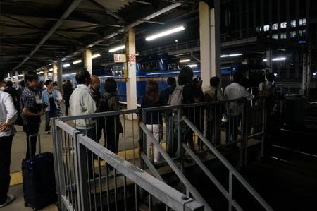 はまなす号の出発ホームではカメラ片手のファンが目立つ。先頭に立つDD51型機関車を撮ろうと長い列もできていた