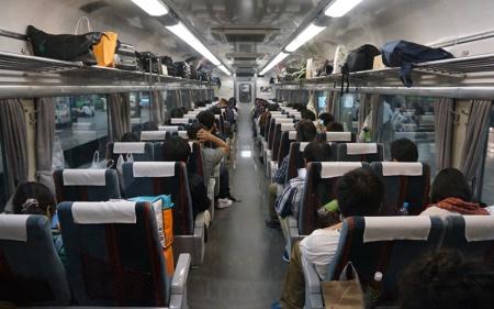 最終列車も兼ねているため、停車駅は多い。乗客の荷物が比較的多いのは、遠くまで走る夜行列車ならでは