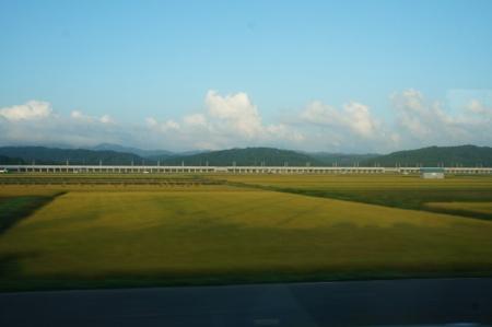 ドリームカーの車内はかなり暗くなっており、寝やすかった。本州に入ってから、進行方向右手に北海道新幹線の高架橋が見えた