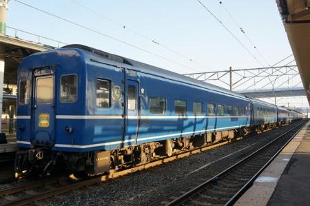 """青森到着後も、列車が車庫に回送されるまで撮影は続いた。""""昭和""""の香りがするブルートレインの末裔の余命も残りわずかだ"""