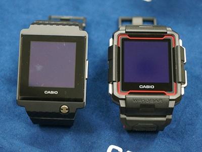 左が試作1号機、右が試作2号機。電卓付きの腕時計「データバンク」を知る世代には試作1号機のデザインも魅力的に映る