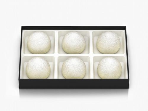 一口サイズのチョコレートケーキ「yukidama」。外側はホワイトチョコレート、中には北海道産生クリームを使い、雪玉をイメージ