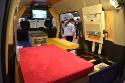 シンプルな内装だが、大人2人がゆったり寝られる軽キャンパー最大級のベッドスペースを実現している。ボディーは断熱施工されており、真夏の車中泊で重宝する省電力の簡易クーラーやポーターブル冷蔵庫も装備