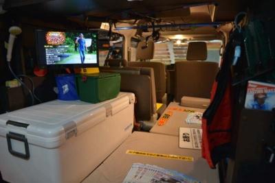 大型のクーラーボックスを置くスペースと大人1人がゆったりと乗れるスペースを確保。サブバッテリーが標準装備されているのでTVなどの家電製品の使用も可能だ