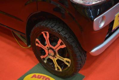 出展車にはオプションのリフトアップサスペンションとオフロード用タイヤが装備されている
