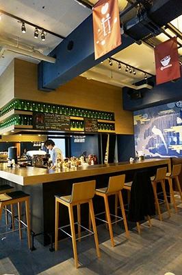 1階フロント前には、世界各地のフリッターやビールが堪能できるカジュアルなバーラウンジがあり、宿泊客同士や一般客との交流の場になっている。壁にはマップに情報を自由に書き込めるボードも