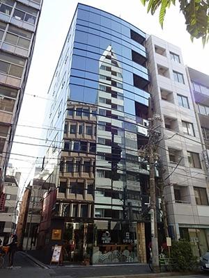 2016年1月15日に開業した「グリッズ日本橋イースト」(東京都中央区日本橋久松町4-7)。地上8階建てで、「POD」(2段ベッド)のあるドミトリー(相部屋)タイプが4室(104床)、デラックスドミトリー1室、プライベートシングル4室、プレミアムルーム2室。男性・女性各専用フロアがある。徒歩10分圏内に東日本橋駅、馬喰横山駅、人形町駅があり、六本木、銀座、浅草、秋葉原へのアクセスがスムーズ。羽田空港までは電車で40分、成田空港まで70分