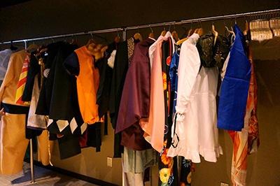 さまざまなコスプレ衣裳が用意されたコスプレルーム。衣裳貸出料金は1着500円(3時間)~1500円(翌朝10時まで)。プロのカメラマンに撮影してもらうことも可能(2000円)