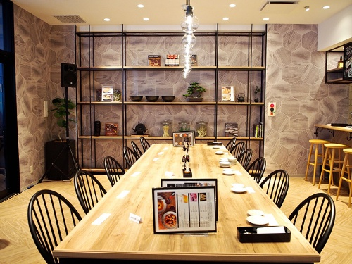 従来の「餃子の王将」とは全く異なるイメージの新店舗。カフェ風の内装で女性客の入りやすさを狙った