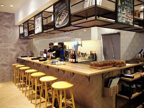 気軽に酒を飲めるよう、店内にはスペインやイタリアのバルをイメージしたバーカウンターも設けた