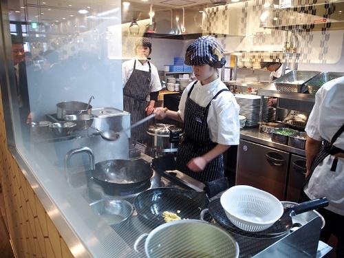 厨房設備もコンパクトにし、出店コストを抑えている