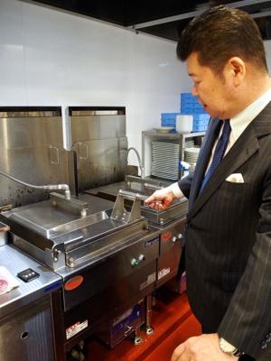 自動焼き餃子機や自動ゆで麺機を導入し、これまで人手に頼っていた調理作業を可能な限り省力化する