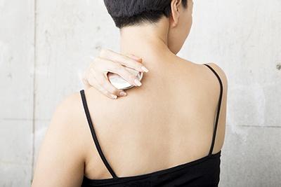 肩の筋肉をほぐすには、山のように盛り上がった部分を使い、背骨と肩先の真ん中あたりのツボを、深呼吸しながら5~10秒押すと効果的だという