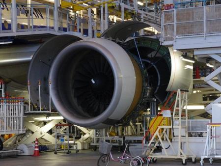 C整備中のボーイング777-200ER型機。C整備とは、飛行機から多くの部品を取り外して、機体構造や装備品の点検・交換、オイル類の交換、各種システム点検などを行うもので、車で言えば車検のようなものだ