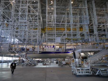 周囲を取り囲む壁のように足場が組んである。この整備工場の天井は約40mの高さがある