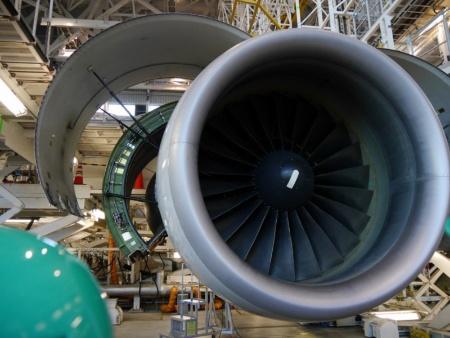 検査を行うP&W社製のターボファンエンジン。ファンの直径は2m以上ある