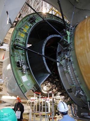 エンジンのカバーは開いているが、その内部のエンジン本体は簡単に取り外したり分解したりはできない