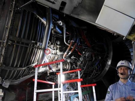 そこでボアスコープを使って、エンジンを分解することなく内部を検査する。赤丸を付けた部分に、のぞき穴となる「ボアスコープ・ポート」がある