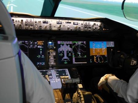 """ボーイング787型機のフライトシミュレーターの様子。<a href=""""http://trendy.nikkeibp.co.jp/article/column/20130730/1051139/"""" target=""""_blank"""">関連記事</a>の写真と比較すると分かるが、737-800型機に比べて大型のディスプレーが増えてスッキりとした印象だ。JALでは使用している機種すべてのフライトシミュレーターを所有して訓練に使っている"""