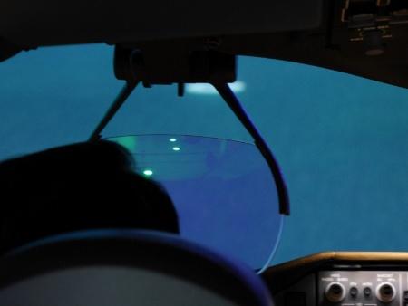 シミュレーターは実機と同じパーツを使って同じように作られている。パイロットの目の前には、ヘッドアップディスプレーもある。訓練の合間、機長の頭越しにのぞかせてもらったら、グリーンの光が少しだけ見えた。計器の一部らしい