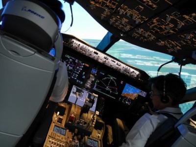 機体を傾けると窓の外の景色ももちろん傾く。実際の訓練では、フライトシミュレーターごと動く