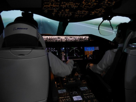 そんな筆者をよそに、機長と副操縦士は全くあわてることなくすんなりと着陸した。こうした訓練を積み重ねているわけだ