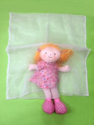 新生児や乳児には写真のようにはりがあって通気性の高い布地で 赤ちゃんがすっぼり入るくらいの袋を作って上半身にかぶせると、最小限の粉じんを防ぐことができる
