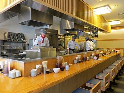 座席はカウンターのみ。同じグループの天ぷら専門店「あきば」の跡地に居抜きで出店
