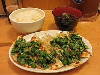 ニンニクとニラのしょうゆ漬けをトッピングした「新橋餃子定食」(税込み690円、餃子4個)。定食にはもやし、ご飯、吸い物が付いている