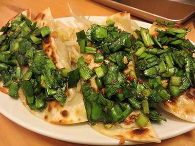 ニンニクとニラのしょうゆ漬けはトウガラシも入ったピリ辛味