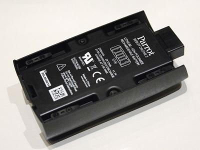 バッテリーも新設計とされ、容量が引き上げられた結果、最大25分のフライトが可能となった