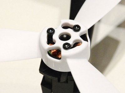 特徴的な3枚翼のプロペラは、モノに接触するとモーターがカットオフされる機構を搭載