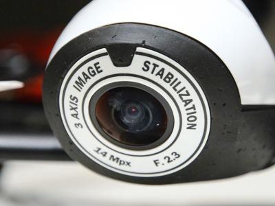 Bebop 2の機体先端に取り付けられた1400万画素の魚眼カメラ。カメラの向きを変えるのではなく、180度という広い視野の中から必要な視野を切り出すというスタイルを取っている
