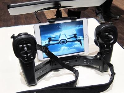 専用のコントローラー「Skycontroller Black Editon」。大型のアンテナを装備しており、これを使えば最大で2㎞の範囲で飛行できるようになる