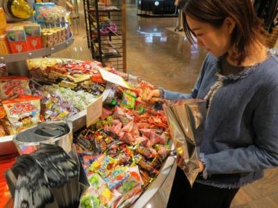 中央にある量り売りコーナーに積まれたお菓子は自由に組み合わせて袋に詰める