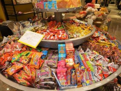 量り売りコーナーにはカルビーだけでなく、さまざまなメーカーのロングセラー菓子が並ぶ