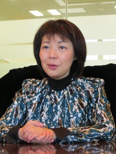 「店舗内のミニファクトリーから出てくるお菓子をキャッチしたときの、子供の笑顔が忘れられない」と語る鎌田由美子氏。エキナカの仕掛け人として知られ、2005年に「エキュート」を運営するJR東日本ステーションリテイリング社長に就任。2015年2月よりカルビーの上級執行役員を務める