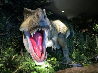 ロビーではティラノサウルス型ロボットが出迎える