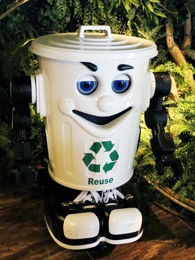 ゴミ箱まで行かなくても、ゴミ箱ロボットがロビーを動き回ってゴミを回収してくれる